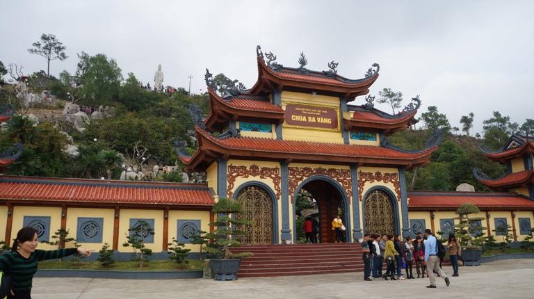 Chùa Ba Vàng được xây dựng vào năm Ất Dậu, triều vua Lê Dụ Tông tức năm 1676. Chùa nằm ở độ cao 340m, so với mặt nước biển, trên một vị thế hết sức đẹp của TP Uông Bí. Theo văn bia còn lại của chùa thì núi chùa Ba Vàng xưa kia gọi là Thành Đẳng Sơn.
