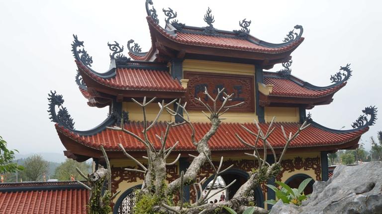 Núi Thành Đẳng bắt nguồn từ dãy núi Yên Tử, thế núi đương chạy theo hướng Bắc – Nam, nhưng khi về đến Uông Bí chuyển hướng Đông – Tây và hạ thành tam cấp: đỉnh 550m, hạ đoạn 340m và 200m (so với mặt nước biển). Ngôi chùa được xây dựng tại hạ đoạn cấp 3 (200m). Thành Đẳng Sơn, tên nôm là Ba Vàng.