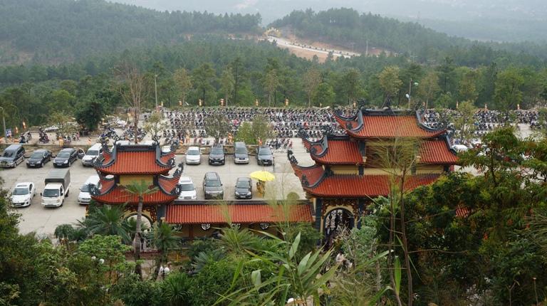Vào thời Trần (thế kỷ thứ 13), vua Trần Nhân Tông rời bỏ cung vàng điện ngọc về non xanh Yên Tử tu hành, là người sáng lập ra Thiền phái Trúc Lâm Yên Tử - một dòng thiền Việt Nam