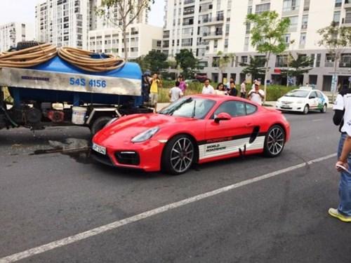Hiện trường vụ tai nạn giao thông giữa siêu xe Porsche giá gần 5 tỷ và xe bồn chở nước