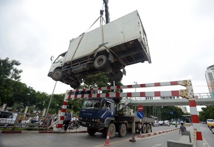 Theo tin tức tai nạn giao thông mới nhất, một chiếc xe tải đã bị kẹt cứng trên cầu vượt đoạn Láng Hạ - Huỳnh Thúc Kháng