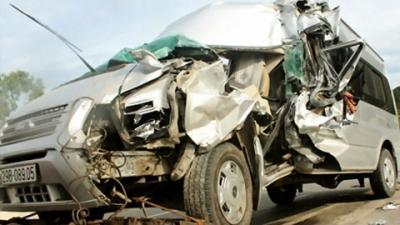Xe 12 chỗ bị hư hỏng nặng sau vụ tai nạn giao thông
