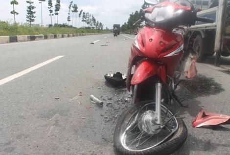 Chiếc xe máy của hai nạn nhân tan tành sau vụ tai nạn giao thông