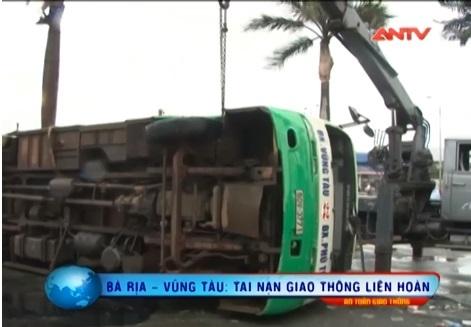 Hiện trường vụ tai nạn liên hoàng khiến xe bus lật nhào