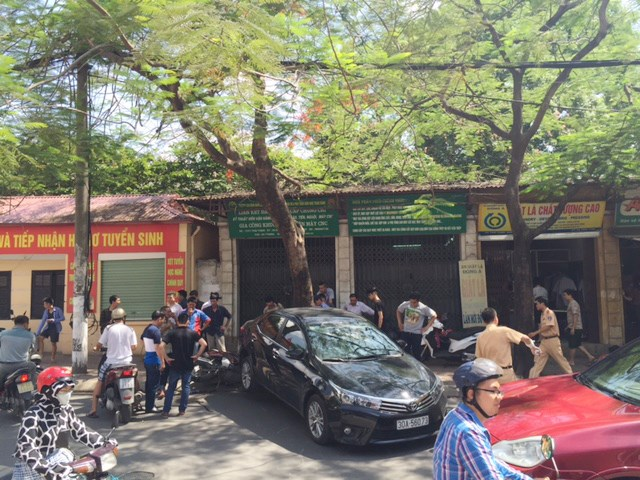 Toàn cảnh vụ tai nạn giao thông khiến 2 người bị thương nặng trên đường Thái Thịnh. Ảnh Lao Động