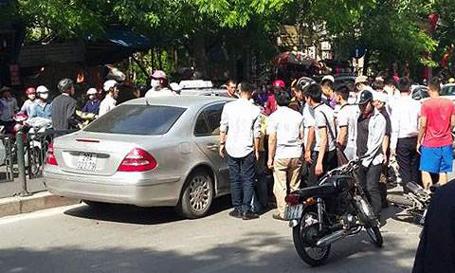 Hàng chục thanh niên khỏe mạnh hò nhau bê mui xe lên để giải cứu nạn nhân bị cuốn vào gầm ô tô sau tai nạn giao thông