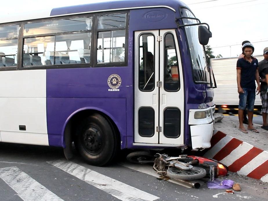 Hiện trường vụ tai nạn giao thông xe khách đâm xe máy