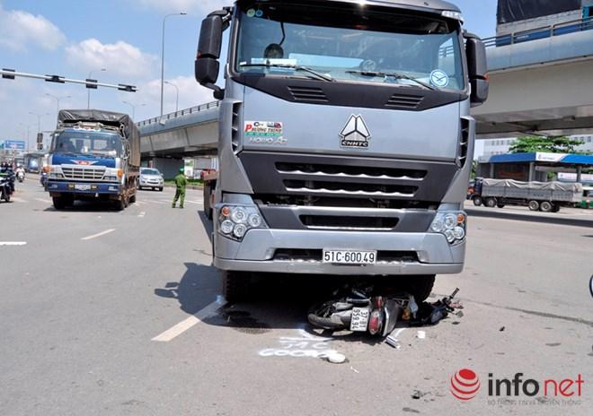 Hiện trường vụ tai nạn giao thông khiến cô gái trẻ bị kẹt dưới gầm xe đầu kéo
