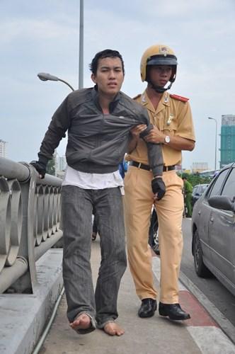 Thiếu úy CSGT Trần Xuân Đảm tận tình dìu người bị tai nạn giao thông lên taxi