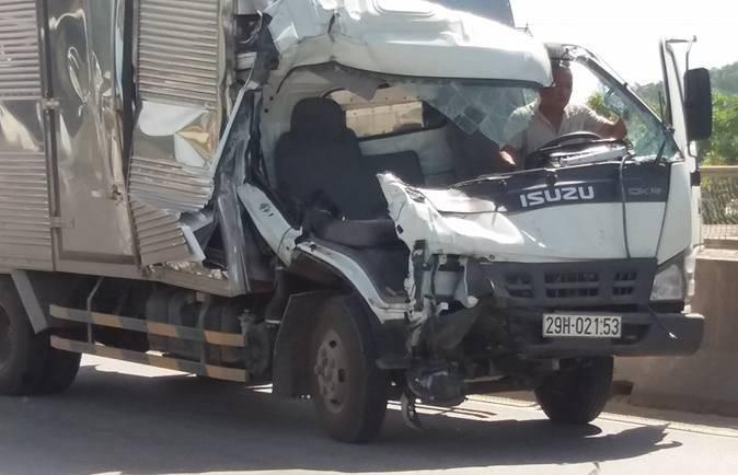 Chiếc xe tải biển Hà Nội nát đầu sau vụ tai nạn giao thông kinh hoàng