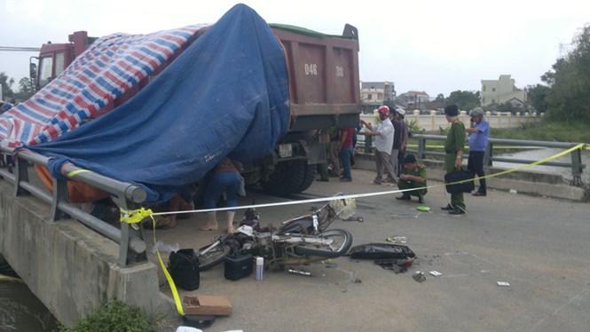 Công an đang khám nghiệm hiện trường vụ tai nạn khiến 2 nữ sinh chết thảm