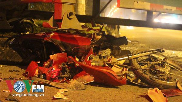 Chiếc xe máy bị cán nát bét, biến dạng và hư hỏng hoàn toàn sau vụ tai nạn giao thông kinh hoàng