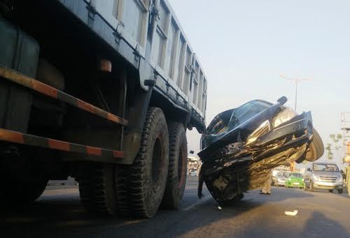 Hiện trường vụ tai nạn giao thông giữa xe biển xanh và xe tải