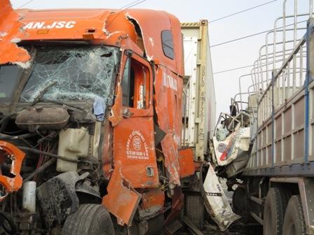 Vụ tai nạn giao thông kinh hoàng khiến xe tải và xe container nát đầu, lái xe tải tử vong tại chỗ