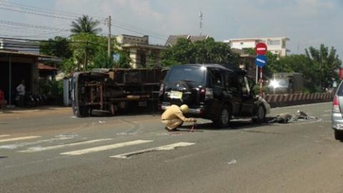 Lực lượng CSGT khám nghiệm hiện trường vụ tai nạn giao thông giữa xe biển xanh và xe tải