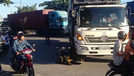Chiếc xe máy nằm kẹt dưới bánh xe tải sau vụ tai nạn giao thông bất ngờ