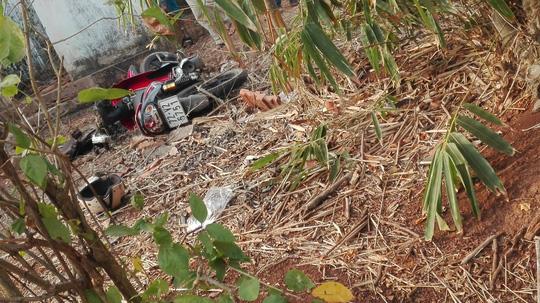 Phần đầu của chiếc xe máy bị bể nát sau vụ tai nạn giao thông