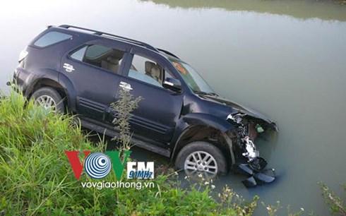 Xe ô tô bị hư hỏng sau vụ tai nạn giao thông bất ngờ với xe bò