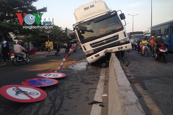 Tại hiện trường vụ tai nạn giao thông, dầu nhớt tràn ra mặt đường gây khó khăn cho các phương tiện đi lại