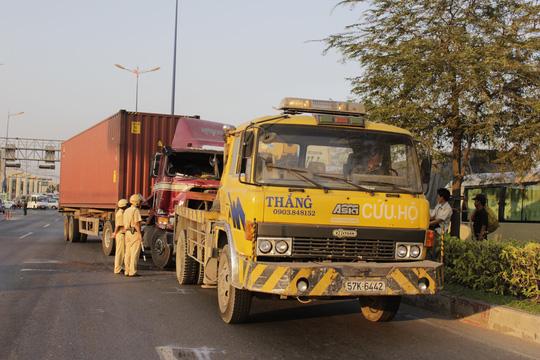 Chiếc xe container gây tai nạn giao thông đang được xe cứu hộ kéo ra khỏi hiện trường