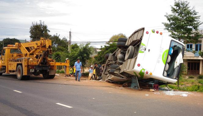 Hiện trường vụ tai nạn giao thông khiến xe khách lao xuống mương, 1 người chết