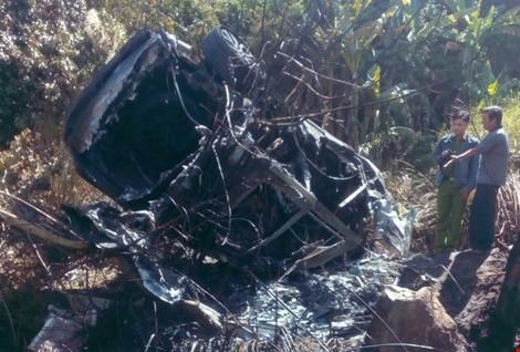 Vụ tai nạn giao thông khiến 5 người  bị thương, chiếc ô tô bị thiêu rụi.