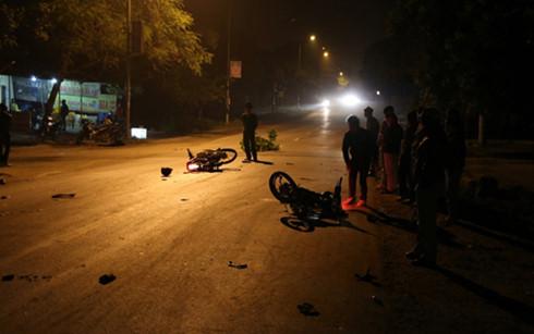 Hai chiếc xe với nhiều mảnh vỡ và đồ đạc của các nạn nhân văng vương vãi tại hiện trường vụ tai nạn giao thông