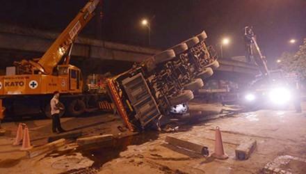 Hiện trường vụ tai nạn sập xe cẩu cỡ lớn trên đường Nguyễn Xiển