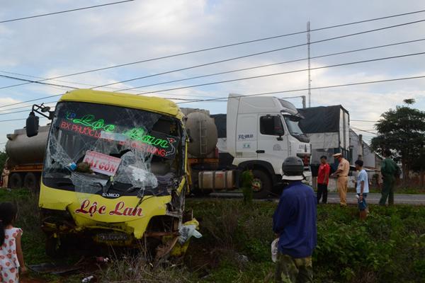 Những người ngồi trên xe khách may mắn thoát chết sau vụ tai nạn giao thông kinh hoàng