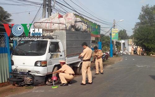Lực lượng CSGT khám nghiệm hiện trường, làm rõ nguyên nhân vụ tai nạn giao thông ở Bến Tre