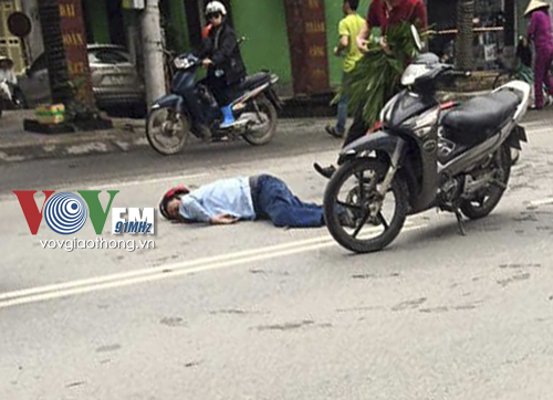 Người đàn ông đi xe máy Future nằm bất tỉnh tại hiện trường vụ tai nạn giao thông