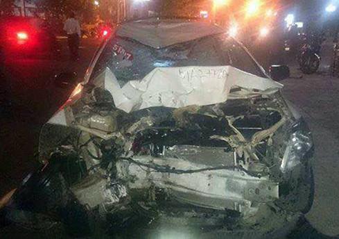 Chiếc taxi bẹp nát phần đầu sau vụ tai nạn giao thông kinh hoàng