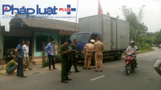 Lực lượng chức năng đang xử lý hiện trường vụ tai nạn giao thông