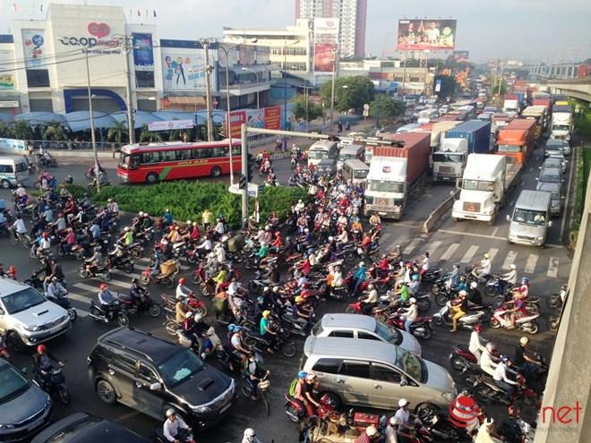 Hàng ngàn phương tiện 'chôn chân' trên đường vì tai nạn giao thông