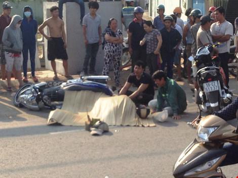 Hai người con có mặt khóc ngất khi chứng kiến cha chết thảm vì tai nạn giao thông