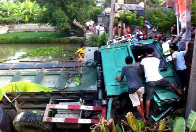 Người dân phối hợp cùng lực lượng chức năng giải cứu tài xế tại hiện trường vụ tai nạn giao thông