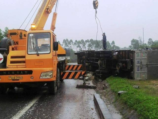 May mắn là không có nạn nhân thương vong trong vụ tai nạn giao thông giữa container và xe khách