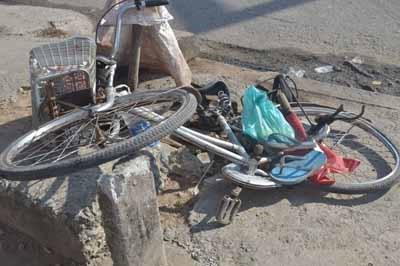 Chiếc xe đạp của nạn nhân gãy đôi sau vụ tai nạn giao thông