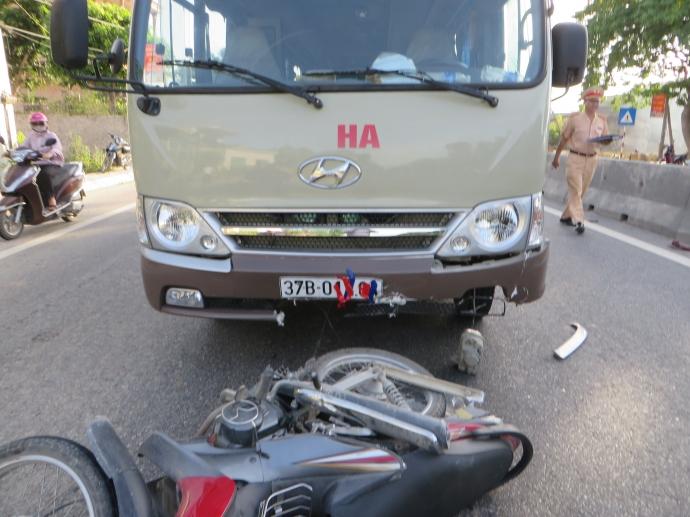 Sau khi gây tai nạn giao thông, tài xế và phụ xe đã dùng giấy báo dán kín biển số xe cũng như logo nhà xe