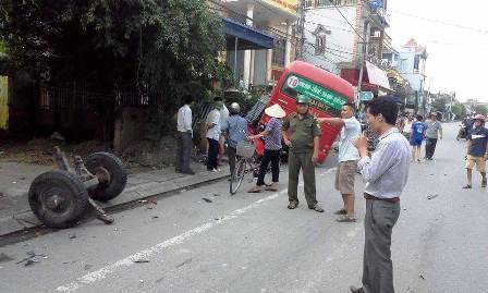 Bánh xe công nông rơi hẳn ra ngoài tại hiện trường vụ tai nạn giao thông