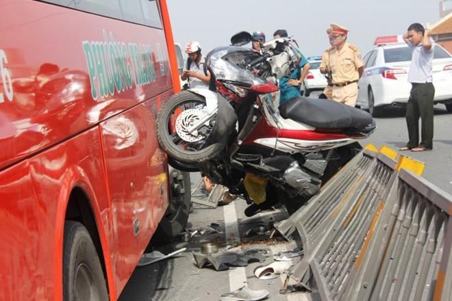 Hiện trường vụ tai nạn giao thông thảm khốc trên cầu vượt Cây Gõ (TPHCM) ngày 9/9/2015