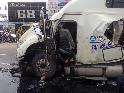 Cabin xe bị hư hỏng nặng sau vụ tai nạn giao thông
