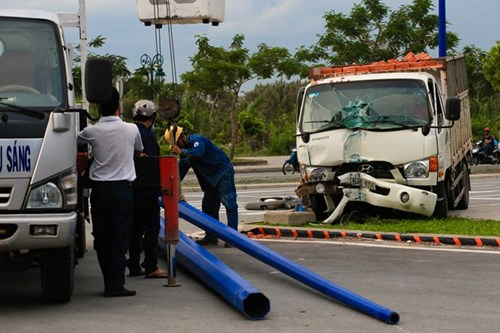 Lực lượng chức năng TPHCM xử lý hiện trường vụ tai nạn giao thông trước hầm Thủ Thiêm