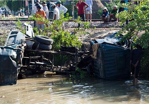 Xe ben hư hỏng nặng sau pha tai nạn giao thông bất ngờ với tàu hỏa