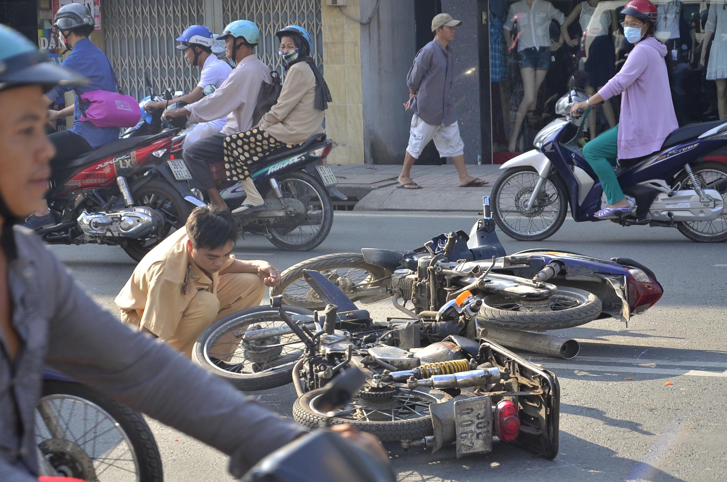 Sau khi gây tai nạn giao thông liên hoàn, nam thanh niên đi 'xe cà tàng' đã bỏ trốn