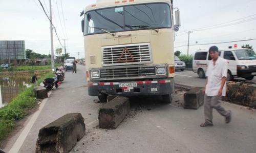 Vụ tai nạn giao thông khiến nhiều dải phân cách bị húc văng qua làn đường dành cho xe máy