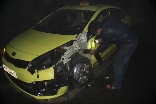 Chiếc xe taxi bị nát phần đầu sau tai nạn giao thông