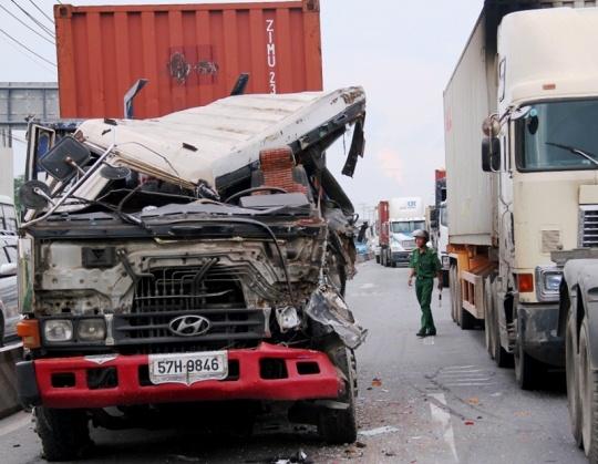 Chiếc xe container nát đầu sau vụ tai nạn giao thông liên hoàn trên xa lộ Hà Nội