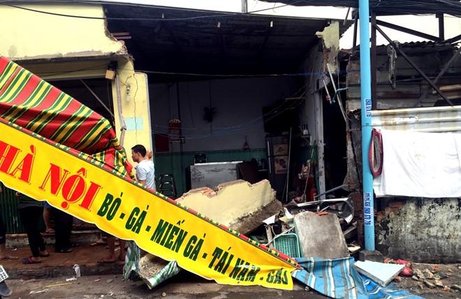 Tiệm phở bị tông sập sau tai nạn giao thông