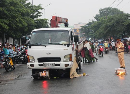 Hiện trường vụ tai nạn giao thông khiến 2 cô gái chết thảm dưới gầm xe tải